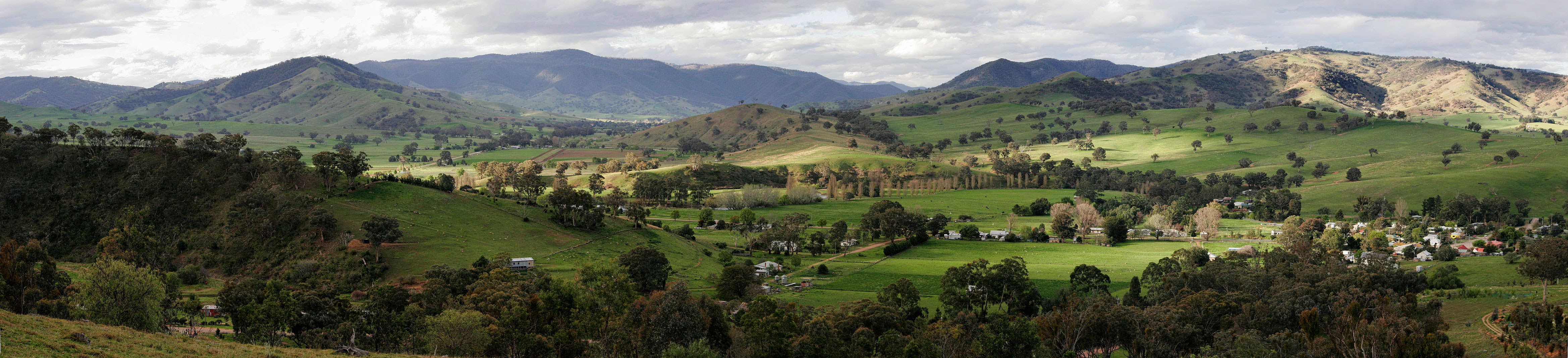 Swifts_creek_township_and_surrounding_hills_panorama